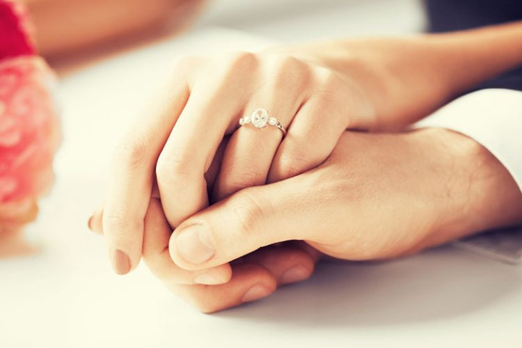 婚約指輪の「お返し」は常識!?金額相場・アイテム・渡すタイミング