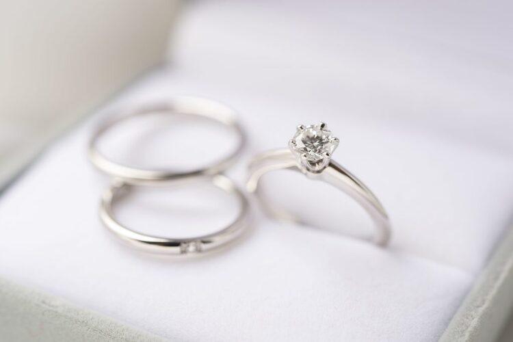 婚約指輪と結婚指輪の違いを解説