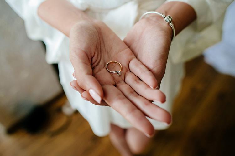 婚約指輪をつける指はどこ?