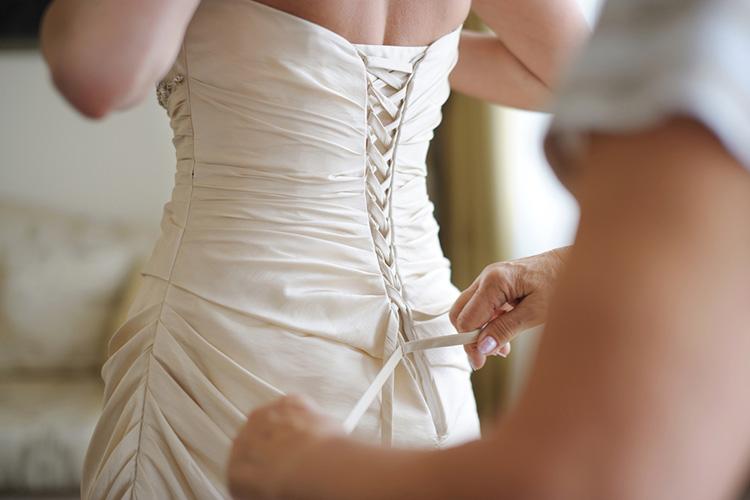 大人の女性を演出!タイトなウェディングドレス「スレンダーライン」