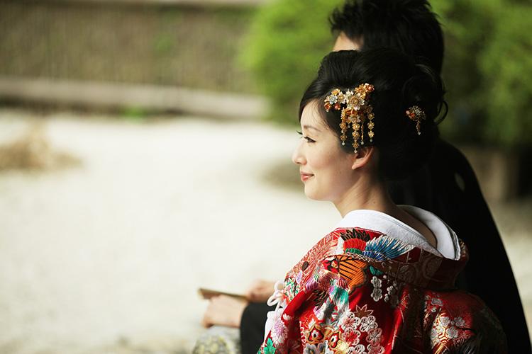 4bd47fd3faddf 色打掛とは、その名の通り赤・青・金・銀などの色をした打掛(日本の伝統的な着物の種類のひとつ)です。 白無垢 ...