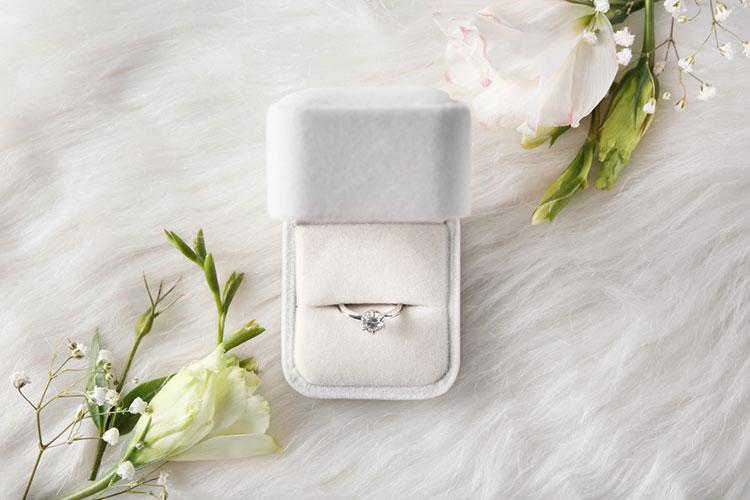 婚約指輪とジュエリーボックス