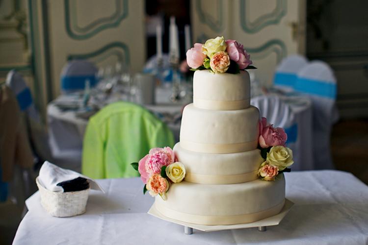 シャクヤク(ピオニー)を飾ったウエディングケーキ