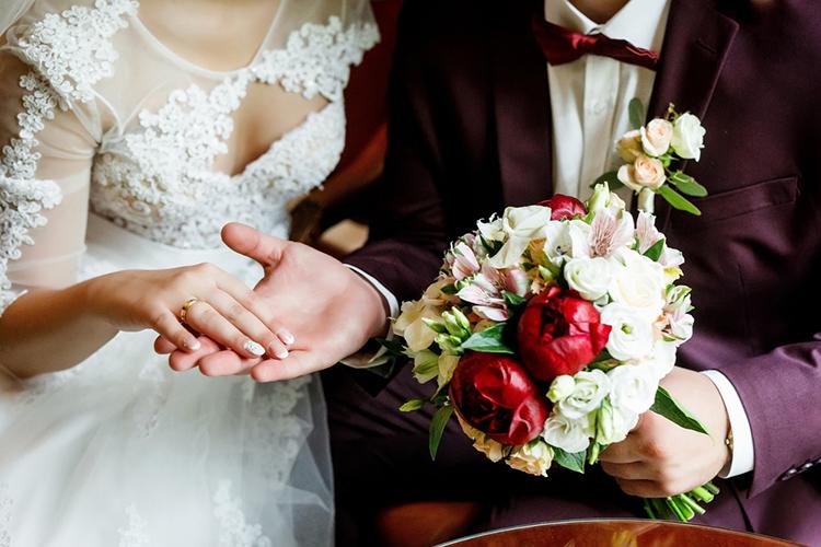 結婚式での婚約指輪の付け方