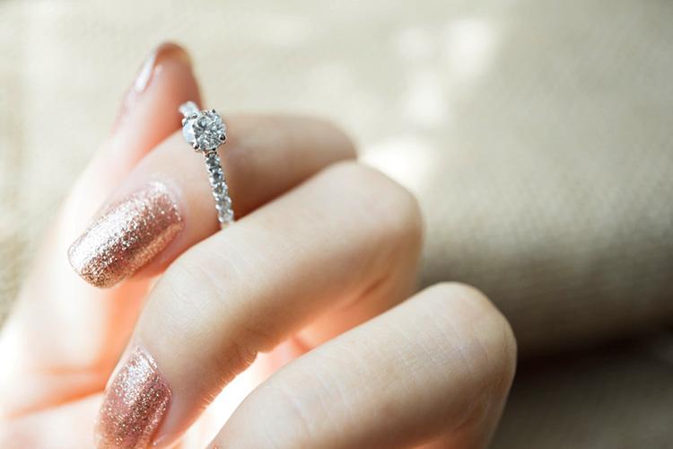 婚約指輪をつける指は自由に決めよう。指に似合うリングの選び方