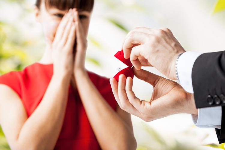 婚約指輪はもらったらすぐつけよう!