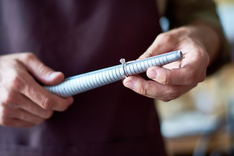 婚約指輪のサイズを調べる