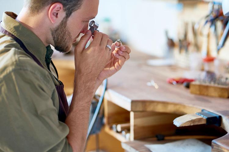 職人による婚約指輪の修理