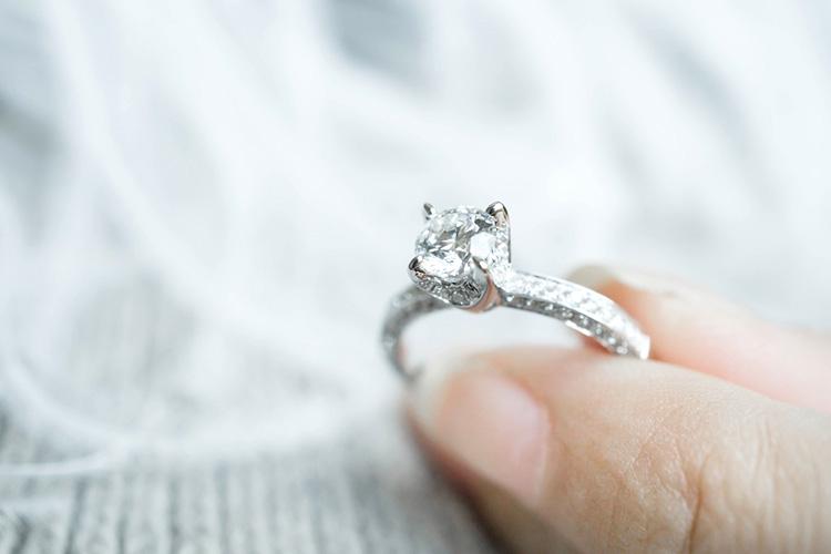 立て爪ありの婚約指輪(ソリテール)