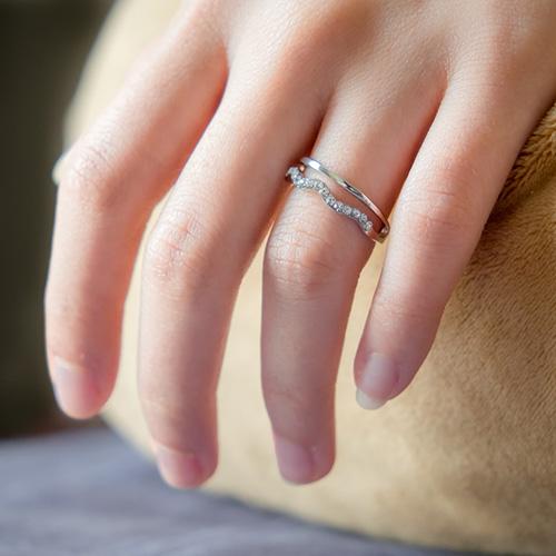 華奢な指に似合うエンゲージリング