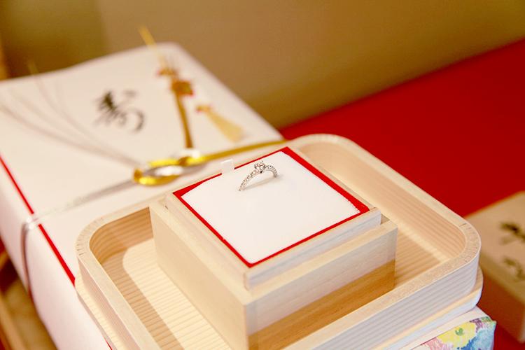 結納の時の婚約指輪の飾り方