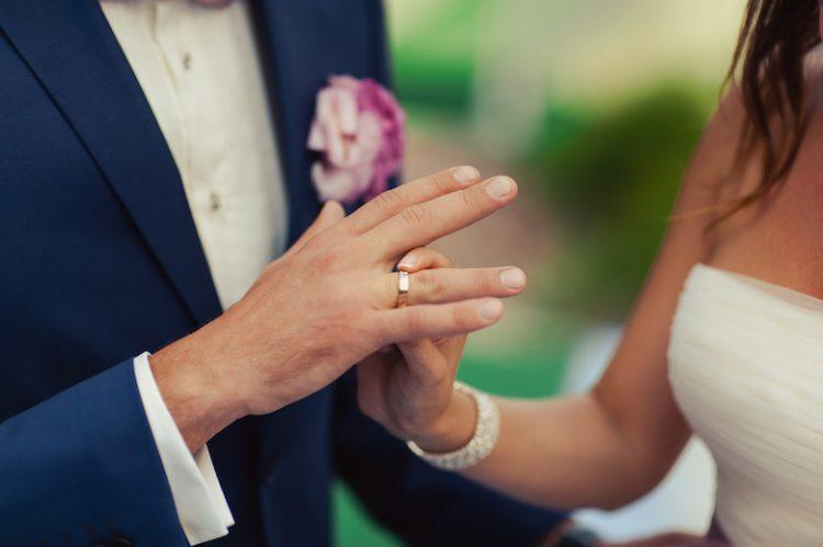 メンズ用結婚指輪5つの選び方。男性が付けたくなるリングデザインと相場