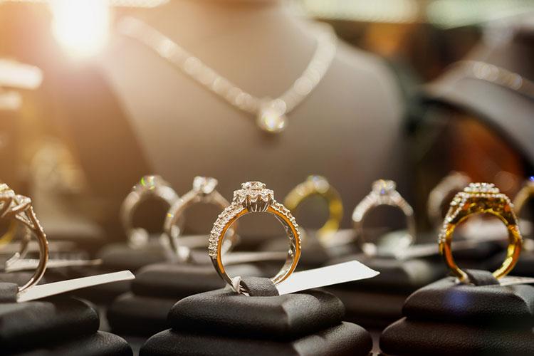 婚約指輪を選ぶ