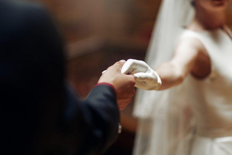 花嫁とウェディンググローブ