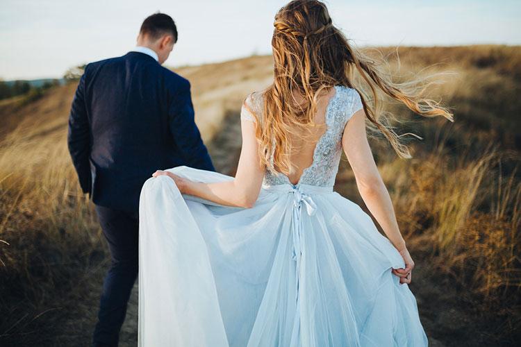 くすみブルーのカラードレスがカワイイ!海外花嫁のブルードレス集