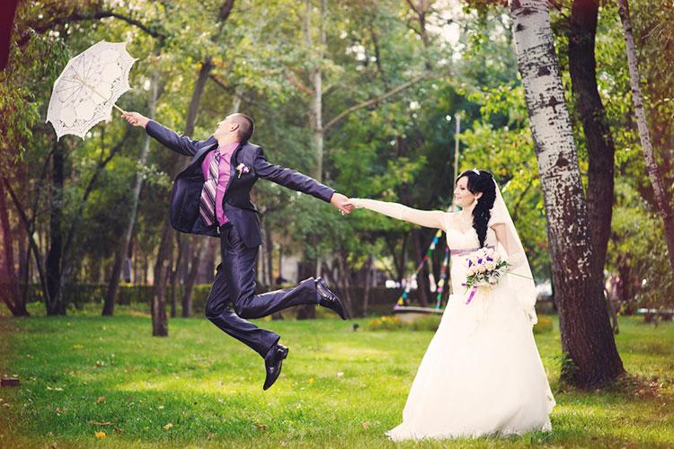 結婚式写真でマネしたい!おもしろいウェディングフォトポーズ