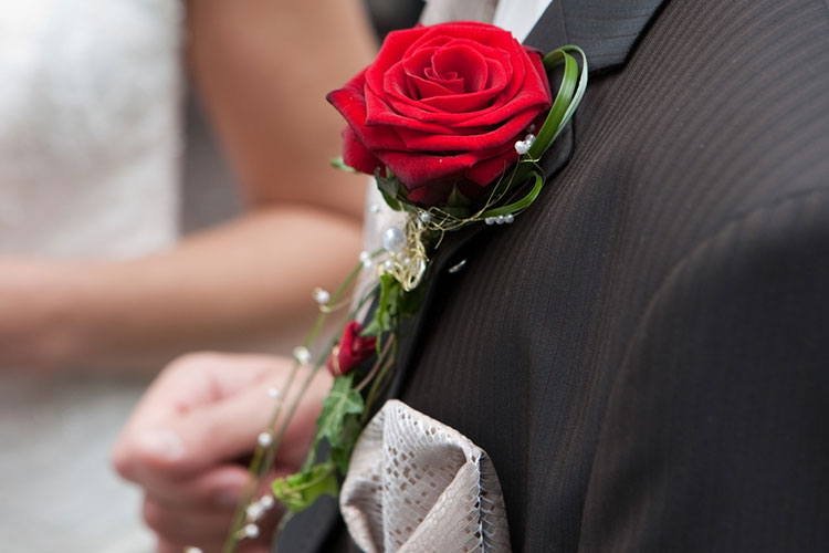 新婦が受け取ったバラはブートニアに