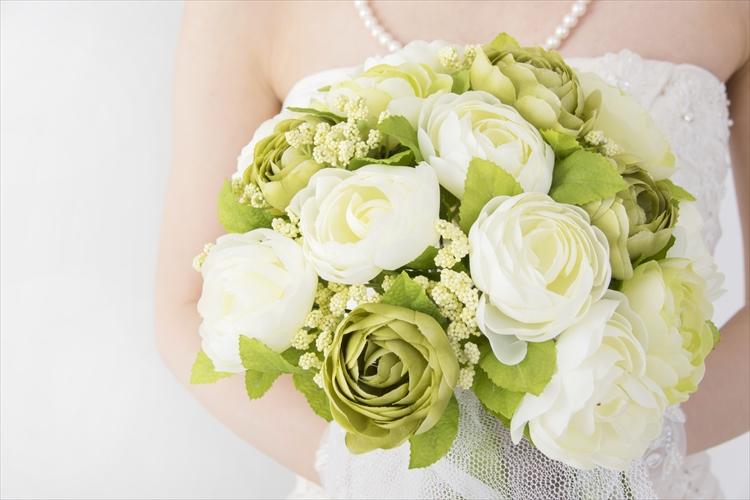 結婚式でブーケを持つ花嫁