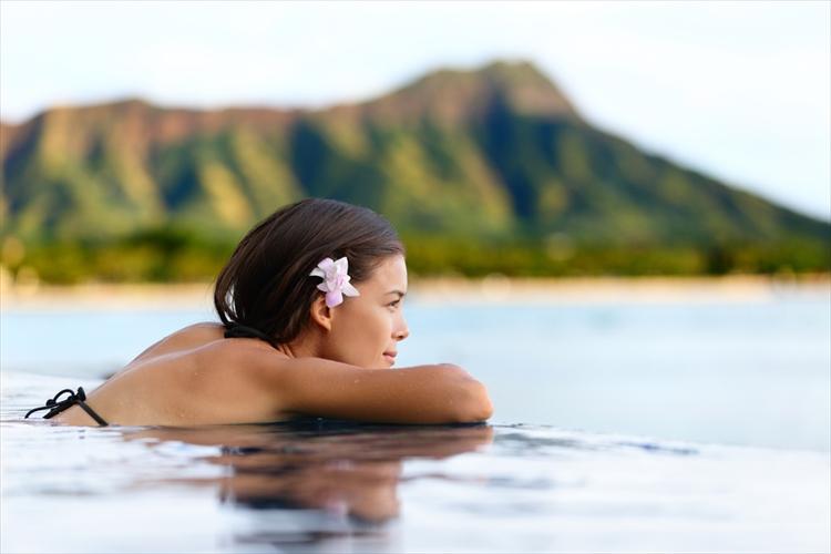 ビーチで泳ぐ女性
