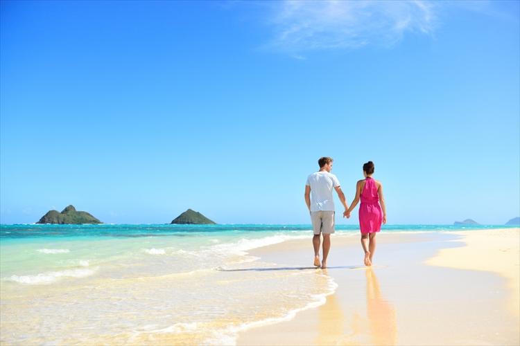 ハワイのビーチを歩くカップル