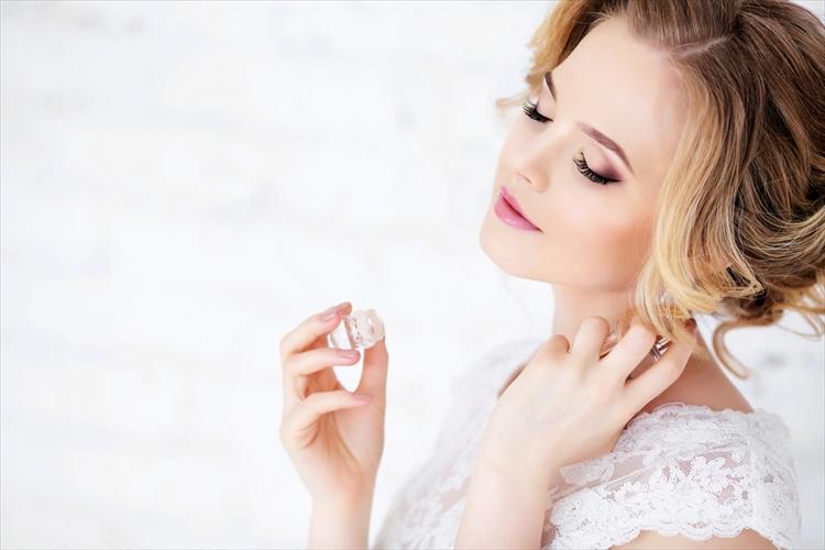 結婚式に香水をつける花嫁