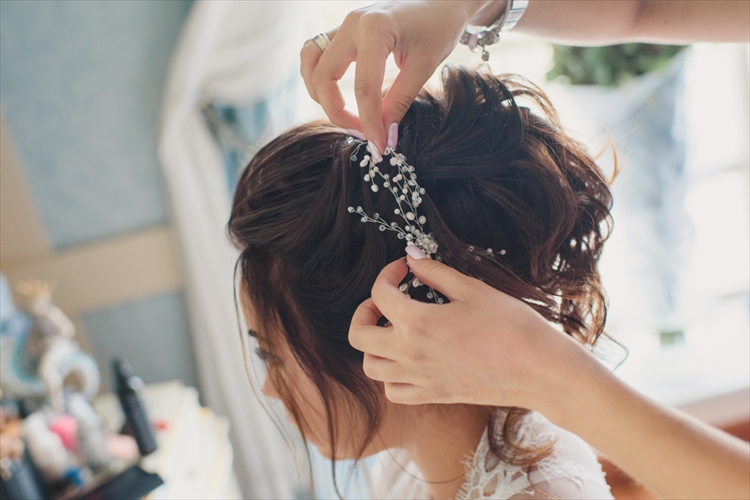 結婚式髪型をスタイリング