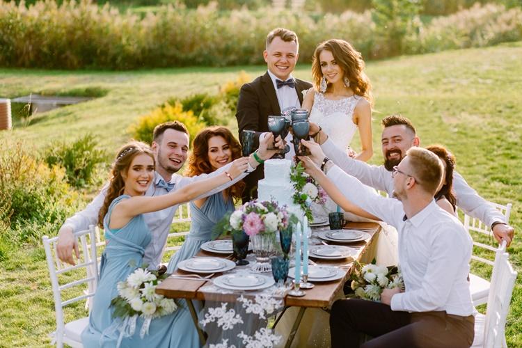 結婚式のゲストと新郎新婦