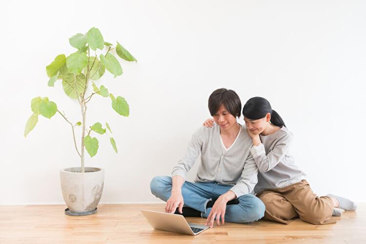一緒にパソコンを使うカップル