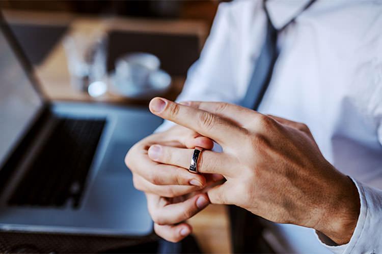 【男性用】結婚指輪5つの選び方。男性が付けたくなるリングデザインと相場