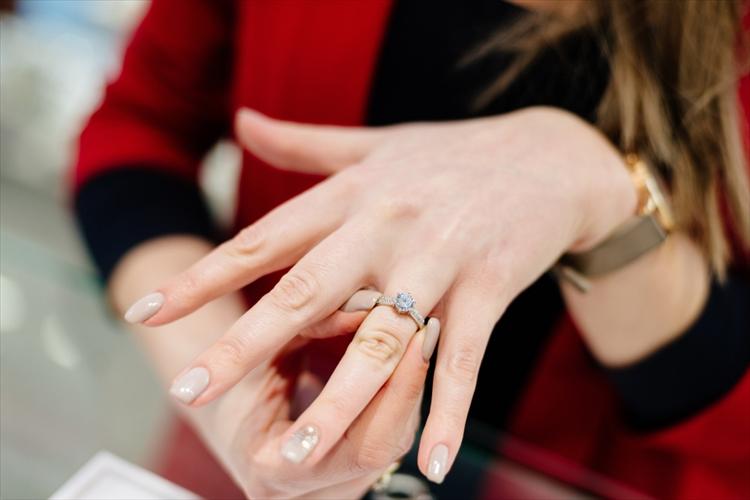 結婚指輪を選ぶ女性