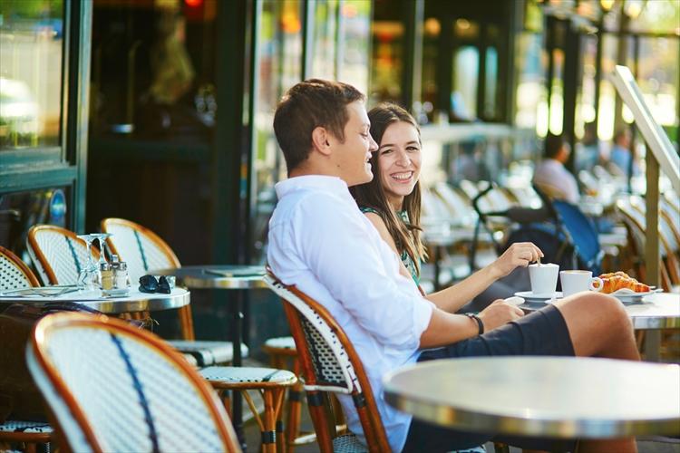 パリのカフェのカップル