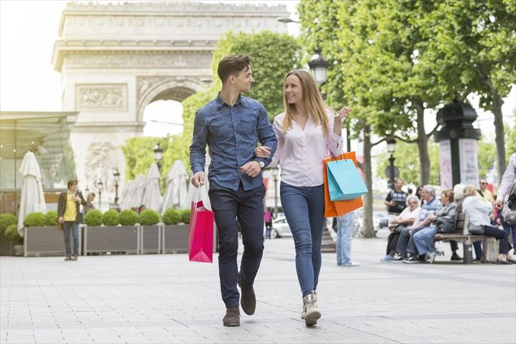 パリの観光を楽しむカップル