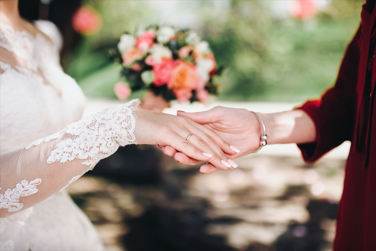 花嫁が母親と一緒に中座する