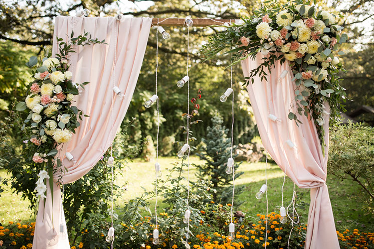 結婚式のフラワーアーチ