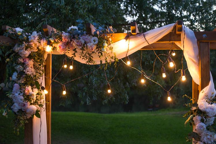 光の装飾がロマンチック!ナイトウェディングの会場装飾アイディア