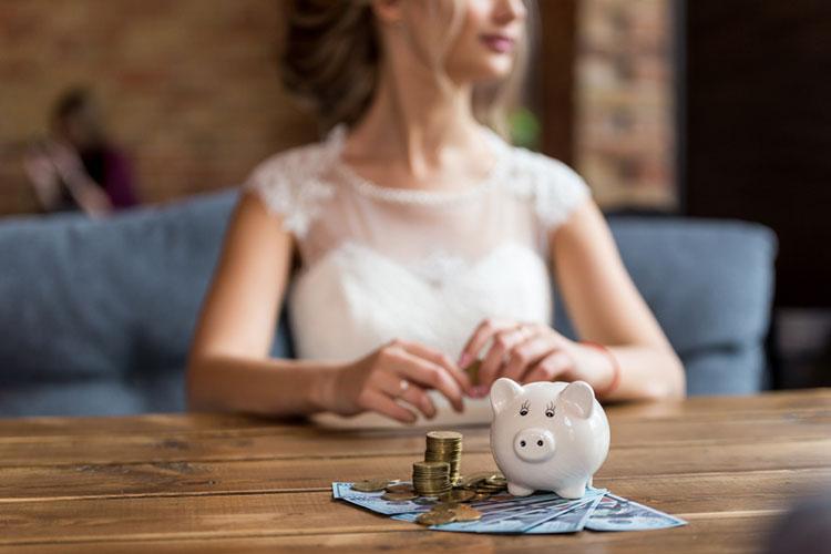花嫁と貯金箱