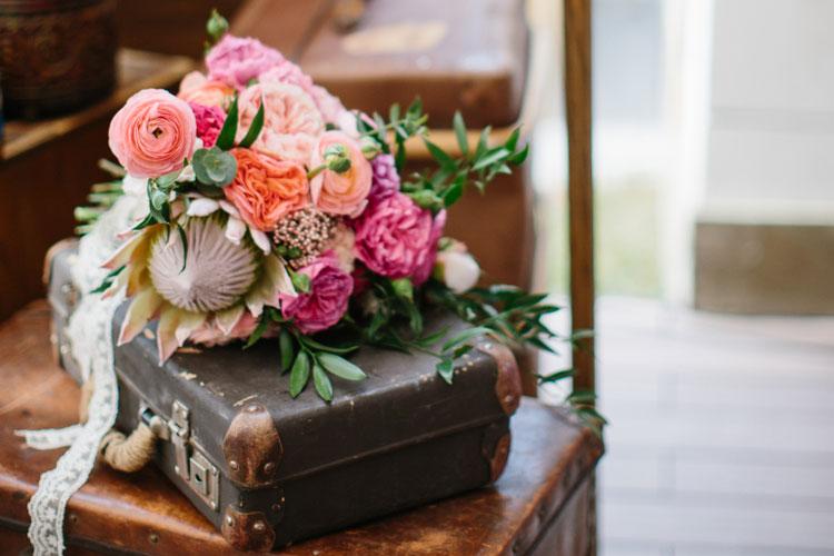 フォトブースにお花で飾り付け