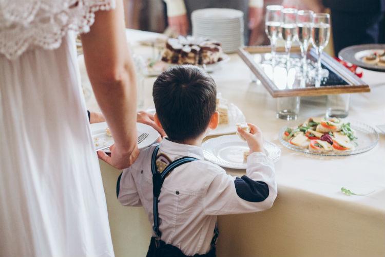 結婚式に出席する子供