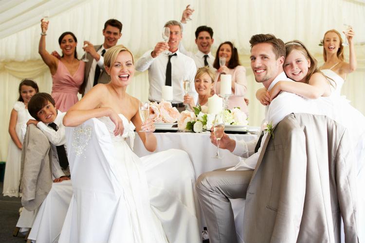 結婚式の招待客はどこまで呼んだらいい?選び方と人数別予算を解説
