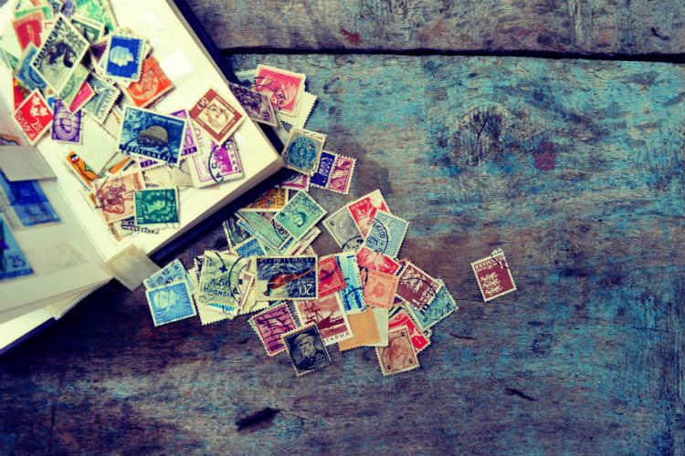 結婚式の招待状、切手の貼り方は?正しい方法&基本マナー!
