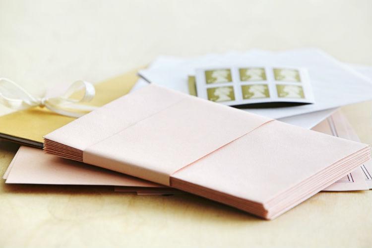 結婚式の招待状に貼る「切手」マナー!種類・料金・貼り方