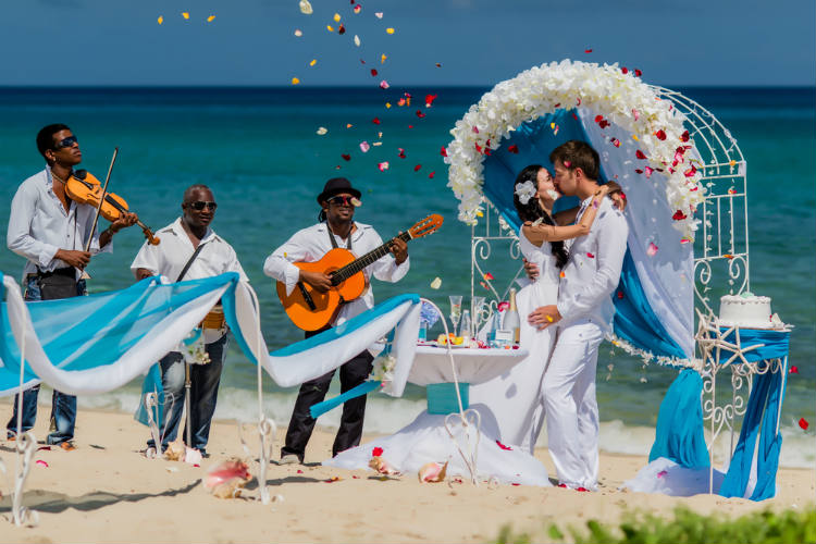 【真夏婚】8月の結婚式は非常識?メリット・デメリットやおすすめ日取り