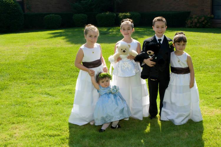 ドレスを着た子供たち