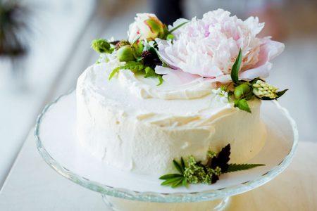 1段でシンプルなウェディングケーキ