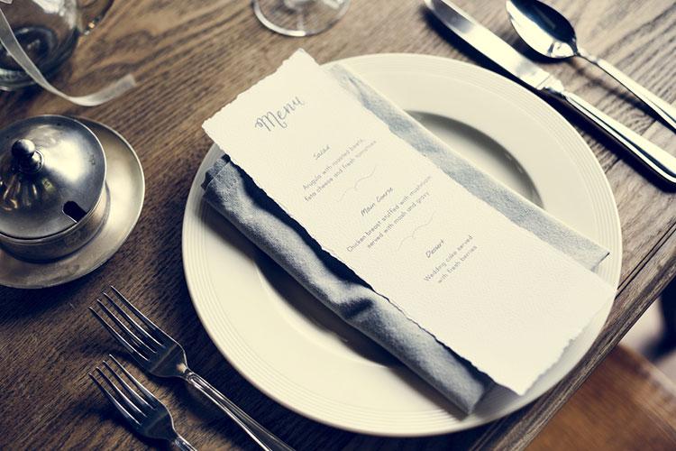シンプル&スタイリッシュ!『縦長』メニュー表のテーブルセッティングアイディア