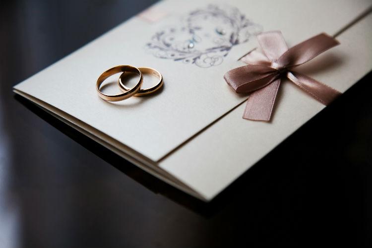 結婚式の招待状は『郵便局へ持ち込み』が常識!その理由は?