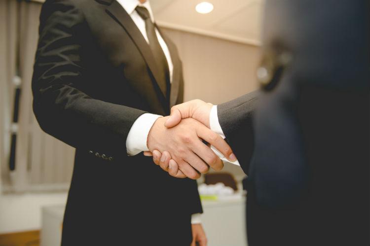 握手する男性たち