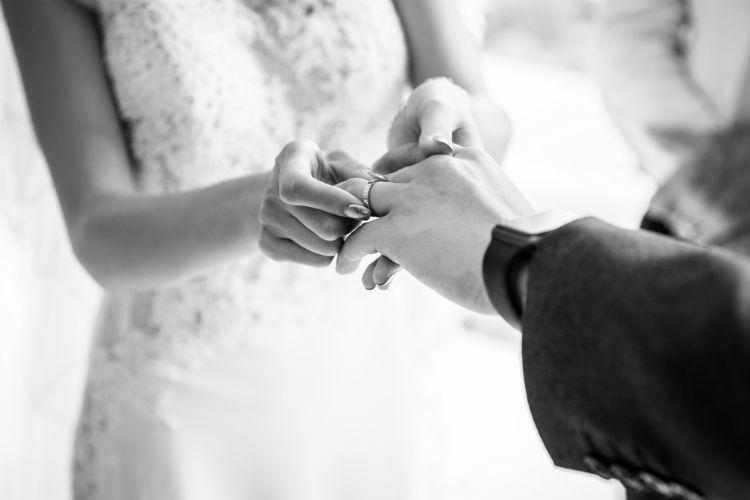 結婚指輪をはめる新婦
