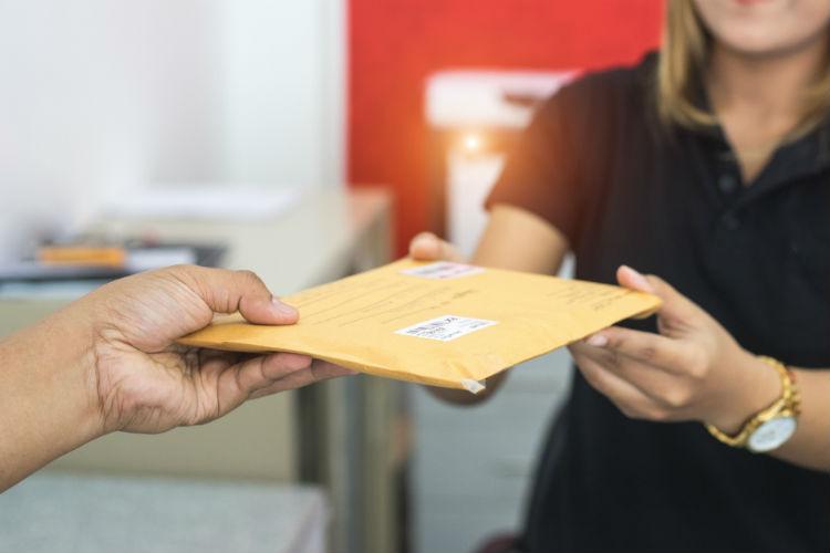 郵便を渡す人