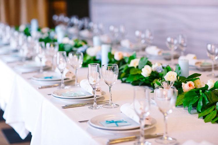 結婚式の人数変更は契約後でも可能!期限や注意点を元プランナーが解説